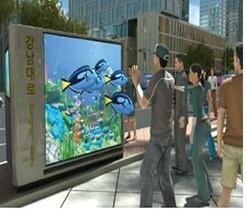 손을 휘저어 의류의 정보를 확인하는 증강현실 피팅(AR Fitting)과 3차원 입체 영상을 안경 없이 시청할 수 있는 실감 미디어의 체험 공간./ 과학기술정보통신부