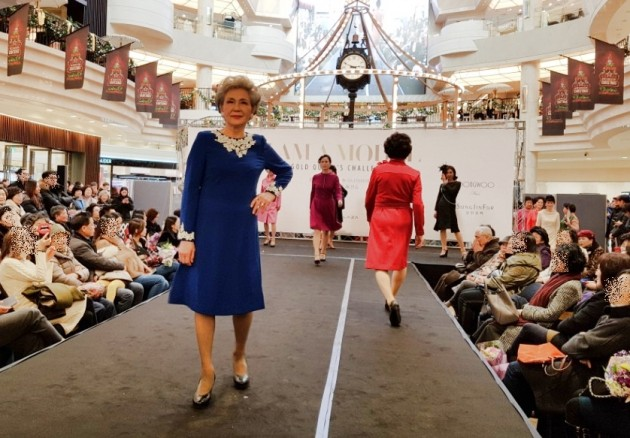 지난해 12월11일 AK플라자 분당점 1층 피아짜360 광장에서 진행된 '골드 퀸즈 챌린지 시니어 패션쇼'에서 50~80세의 AK플라자 회원 고객들이 모델 워킹을 하고 있다. (자료 = AK플라자)