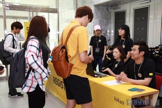 지난 9월 열린 개발자 프로그래밍 대회 '카카오 코드 페스티벌'에서 직접 참가자 접수를 받고 있는 임지훈 카카오 대표(맨 오른쪽). / 사진=카카오 제공