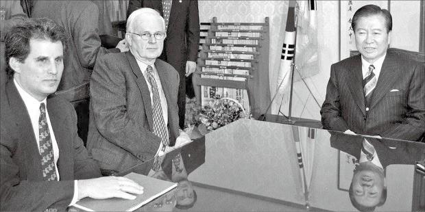 1997년 12월21일, 김대중 대통령 당선인(오른쪽)이 서울 여의도 국민회의 당사에서 데이비드 립턴 미국 재무부 차관(왼쪽), 스티븐 보즈워스 주한 미국대사(가운데)와 IMF협약 이행문제 등을 논의하고 있다.  /한경DB