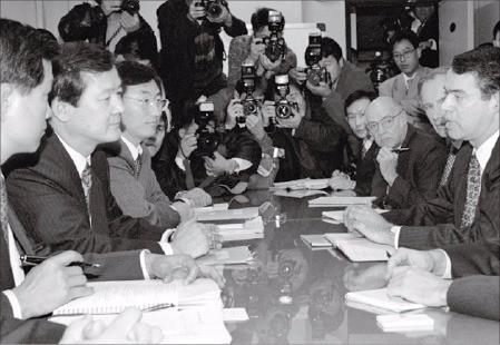 1997년 11월24일 IMF 협상단이 한국 정부와 긴급자금 지원문제를 논의하고 있다. 한경DB