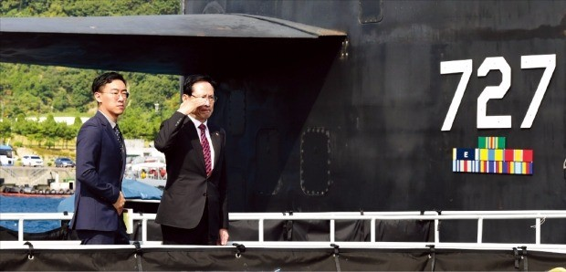 < 핵추진 잠수함 미시간함 오른 송 국방 > 송영무 국방부 장관은 지난 14일 국회 국방위원회 의원들과 함께 부산항에 입항해 있는 미국 최대 핵추진 잠수함인 미시간함을 찾아 한·미 연합작전 대비태세를 점검했다. 연합뉴스