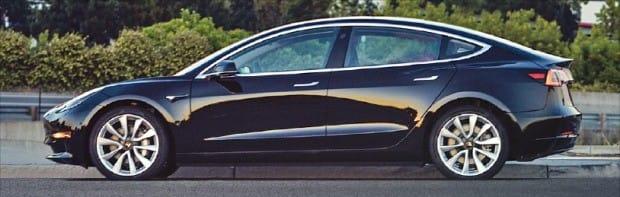 테슬라가 내놓은 보급형 전기자동차 '모델3'. 기본형 가격은 3만5000달러(약 4000만원)로 기존 '모델S'에 비해 절반 가까이 저렴한 것이 특징이다.  /한경DB