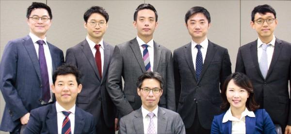 안찬식 변호사(앞줄 가운데)가 이끌고 있는 법무법인 충정의 기술정보통신팀.  /충정 제공