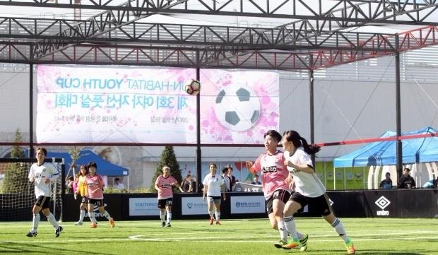 롯데몰 은평은 지난달 16일 9층 야외 풋살장에서 '유엔 해비타트 유스컵 여자 풋살대회'를 진행했다. 롯데자산개발 제공