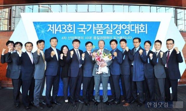 박광호 동부대우전자서비스 사장(가운데 꽃다발)