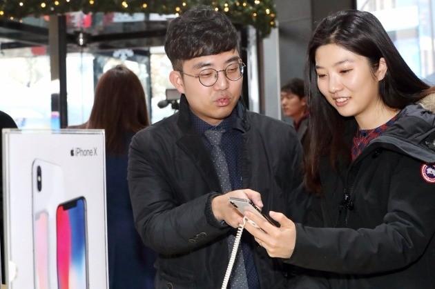 24일 오전 서울 광화문 KT 광화문빌딩 1층 KT스퀘어에서 열린 아이폰 X 정식 출시 행사에 참석한 고객들이 전시돼 있는 아이폰 X를 사용해 보고 있다.(사진=KT)