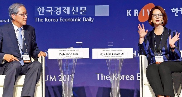 """줄리아 길라드 전 호주 총리(오른쪽)가 김도연 포스텍 총장과 대화하고 있다. 1일 '글로벌 인재포럼 2017' 개막식 기조연설에서 길라드 전 총리는 """"한국 사회가 고학력의 함정에 빠졌다""""며 혁신적 사고를 길러주기 위한 교육 개혁이 필요하다고 강조했다. 김범준 기자 bjk07@hankyung.com"""