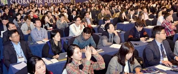 '글로벌 인재포럼 2017' 마지막 날인 2일 열린 세션에서 청중들이 미래학교를 주제로 한 발표 내용에 집중하고 있다. 김영우 기자 youngwoo@hankyung.com