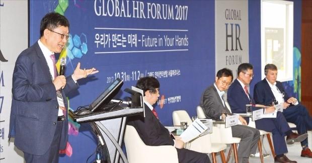 '글로벌 인재포럼 2017'의 마지막 날인 2일 열린 '인공지능 시대와 직업세계의 변화' 세션에서 차상균 서울대 빅데이터연구원 원장이 주제 발표를 하고 있다.  강은구 기자 egkang@hankyung.com