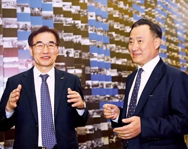 김창수 중앙대 총장(왼쪽)과 이해선 코웨이 대표(오른쪽)가 서울 흑석동 중앙대 100주년기념관에 설치된 '중앙대 100주년 기념벽 히스토리 월' 앞에서 대화하고 있다. 강은구 기자 egkang@hankyung.com