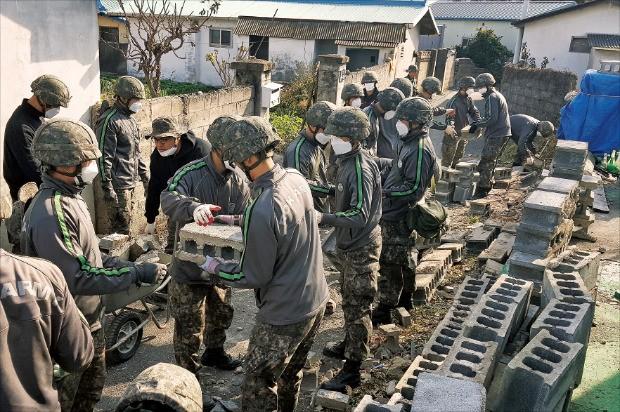 육군 50사단, 201 특공여단 등 장병 150여 명이 17일 포항 북구의 지진 피해 지역에서 무너진 잔해를 치우며 복구 작업을 하고 있다.  /연합뉴스
