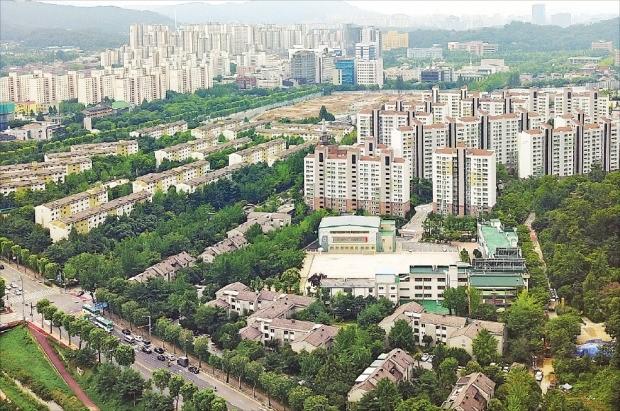 경기 과천시가 올해 전국 75개 기초시 중 '가장 살기 좋은 도시'로 조사됐다. 과천시는 '한국지방브랜드 경쟁력지수' 종합평가에서도 1위를 차지했다.  /한경DB