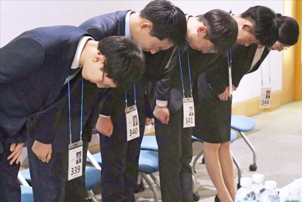 농협은행은 올 하반기 5급 신입직원을 채용하면서 블라인드 방식의 면접을 도입했다. 지원자들은 이름 대신 일련번호를 부여받고 면접장으로 향했다. 신경훈 기자 khshin@hankyung.com