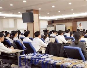 한국전력공사는 블라인드 채용의 취지를 살리기 위해 직무면접 때 지원자들에게 상의 유니폼을 지급했다. 한전 제공