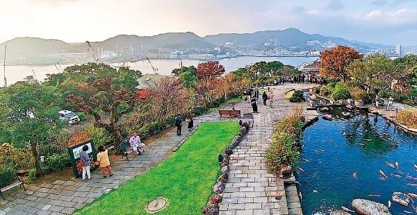 구라바엔 안에 있는 작은 연못과 나가사키항의 모습