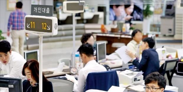내년부터 신(新)총부채상환비율(DTI)과 총체적상환능력심사제(DSR) 등이 새로 도입되면서 은행에서 대출받기가 더욱 까다로워진다. 지난 24일 서울 시내 한 은행 창구에서 대출 상담이 진행되고 있다. 연합뉴스