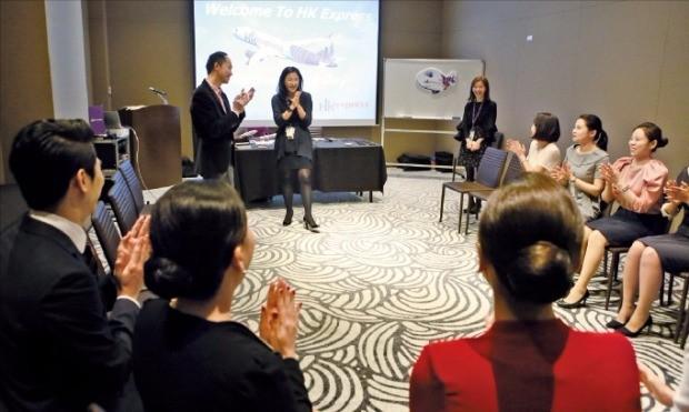 홍콩 저비용항공사인 홍콩익스프레스는 지난 25일 부산에서 한국인을 대상으로 하는 특별채용 면접을 했다. 지원자들이 '여행'이란 주제로 집단토의를 하고 있다.