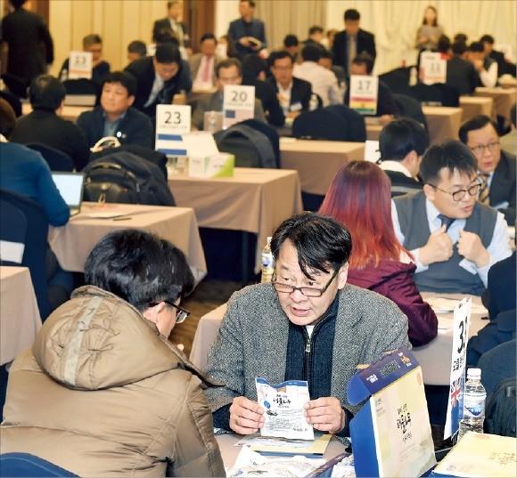 지난해 12월 서울 구로베스트웨스턴호텔에서 열린 세계한인벤처네트워크(INKE) 주관 해외 비즈니스 상담회에서 세계 각 지역 인케 의장들이 국내 벤처기업들과 해외 진출 상담을 하고 있다. 한경DB