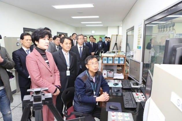김영주 고용노동부 장관(앞줄 왼쪽 첫번째)이 6일 안전보건공단 인증원을 방문, 방폭 및 전자파 시험실을 살펴보고 있다.