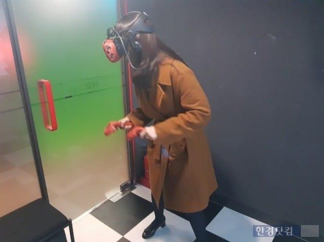 게임방 한 칸의 규모가 크지 않아 역동적으로 게임을 즐기다보면 벽이나 문에 충돌하는 '불상사'가 발생할 수 있다.