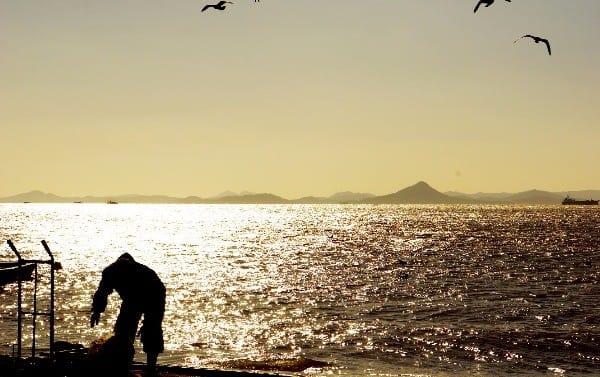 남해에서 서해로 올라가는 길목에 있는 압해도 바다에서  조업 중인 어부.