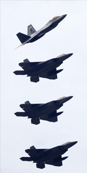 < 한국 온 美 스텔스 전투기 > 지난 2일 광주 공군 제1전투비행단 인근 하늘에서 미군의 F-22 랩터 전투기가 편대비행하며 접근하고 있다. 한·미 연합공중훈련인 '비질런트 에이스(Vigilant Ace)' 훈련에 참가하기 위해 이날 한반도에 도착한 F-22 스텔스 전투기 6대다.  /연합뉴스