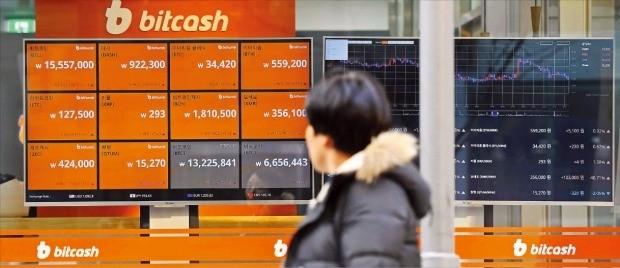 중국인 등 외국인들이 국내 가상화폐 시장에 밀려오면서 거래량과 가격이 치솟고 있다. 한 시민이 6일 오후 서울의 한 가상화폐 거래소에서 비트코인 값이 1555만7000원이라고 찍힌 시세판을 보고 있다. 김범준 기자 bjk07@hankyung.com