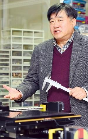 박희재 서울대 기계항공공학부 교수가 디스플레이 XY모션 테스트 장비에 대해 설명하고 있다. 강은구 기자 egkang@hankyung.com