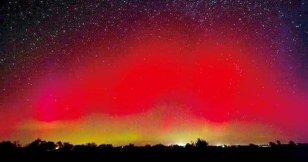 자기폭풍으로 생긴 지구 자기장 교란으로 발생한 오로라의 모습. 극지방에서 자주 관찰된다.  미국항공우주국 제공