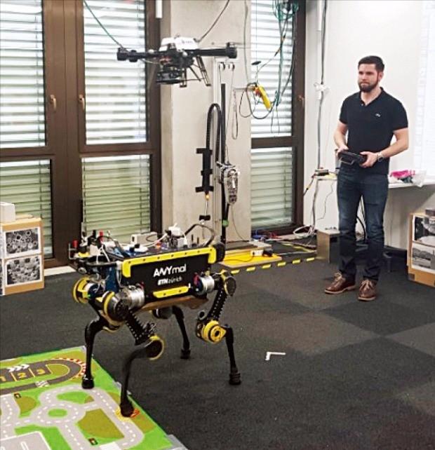 취리히공과대 연구자가 시각인지와 인공지능을 결합한 4족보행 로봇과 드론을 시범 조종하고 있다. 이 로봇과 드론은 스스로 길을 찾아 목표점에 도달하도록 설계·개발중이다. 허란 기자