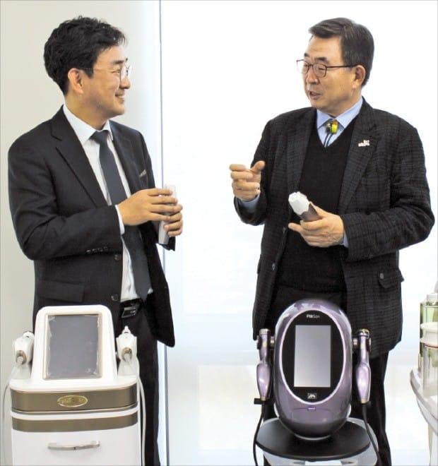 황을문 서린바이오사이언스 회장(오른쪽)과 김병철 서린메디케어 사장이 서린글로벌센터에서 플라즈마 장비의 수출 방안을 논의하고 있다.  김낙훈 기자