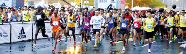 2017 타이베이 국제 마라톤대회에 참가한 마라토너 이봉주 선수(가운데 흰색 운동복)가 17일 오전 대만 타이베이시청 앞에 마련된 출발 지점에서 힘차게 경주를 시작하고 있다.