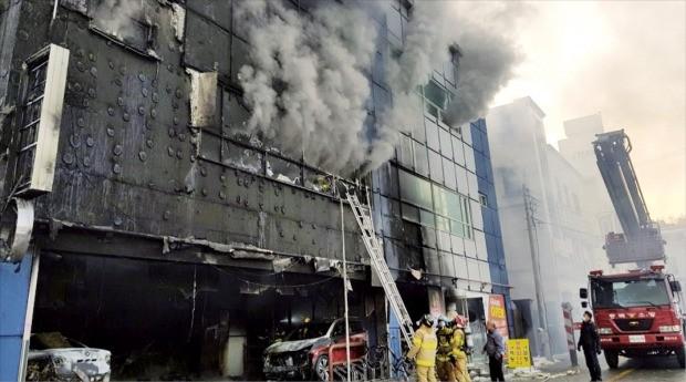 119 소방대원들이 21일 오후 화재가 난 충북 제천시 하소동의 한 스포츠센터 건물에서 구조작업을 벌이고 있다.  /충북  제천소방서 제공