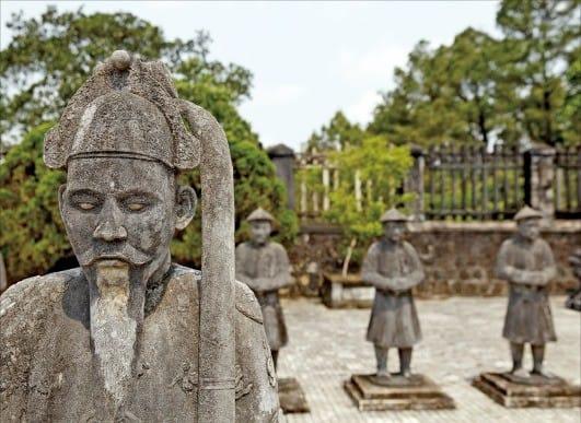 바로크·중국·베트남식이 혼합된 '카이딘 왕릉'