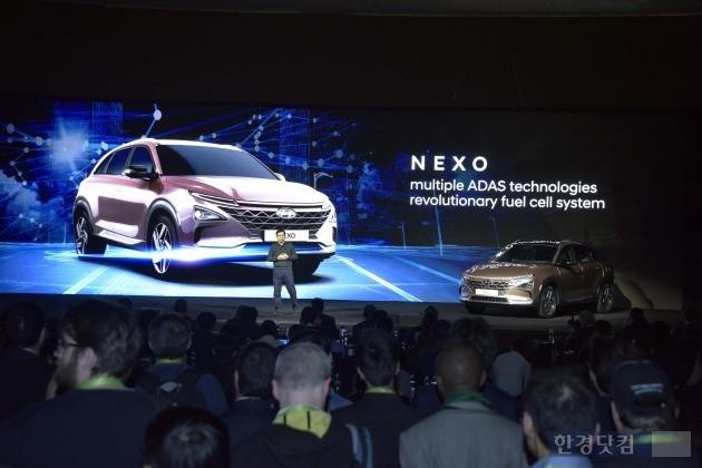 현대자동차가 8일(현지시간) 세계 최대 가전쇼 'CES 2018' 행사에서 차세대 수소차 '엑쏘'를 소개하고 있다. (사진=현대차)
