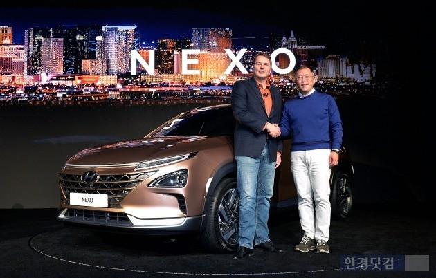 정의선 현대차 부회장과 크리스 엄슨 오로라 CEO가 넥소(NEXO)를 배경으로 기념촬영을 하고 있는 모습. (사진=현대차)