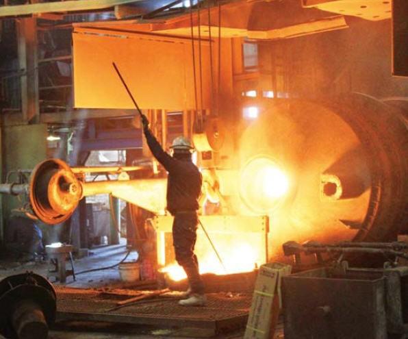 인천의 주물공장에서 쇳물을 받고 있다. 전기로를 쓰는 주물업체들은 급전지시로 생산에 차질이 빚어지지 않을까 우려했다.  /한경DB