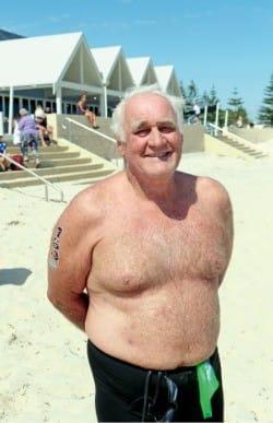 70세가 넘은 나이에 3㎞ 버셀턴 수영대회에서 우승을 차지한 맥컬린 씨.