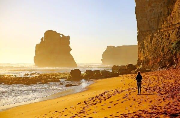 포트캠벨 국립공원 내 12사도 바위. 해안에서 올려다보는 풍경이 마치 한 폭의 그림처럼 아름다워 그레이트 오션로드의 백미로 꼽힌다.