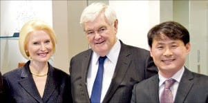박수진 한국경제신문 특파원이 만난 뉴트 깅리치 전 하원의장(가운데)과 부인 칼리스타 깅리치 바티칸 주재 미국 대사(왼쪽).