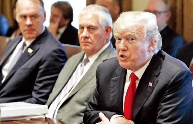 도널드 트럼프 미국 대통령(오른쪽)이 10일(현지시간) 백악관에서 올해 첫 국무회의를 주재하고 있다. 연합뉴스