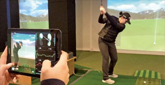 골퍼가 스마트 슈즈 '아이오핏'을 신고 스윙하면(오른쪽) 체중 이동과 무게중심 변화 데이터 분석 그래픽이 휴대기기(왼쪽)에 실시간으로 전달된다.  /솔티드벤처 제공