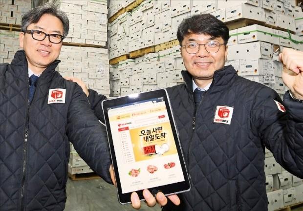 미트박스의 김기봉(왼쪽)·서영직 대표가 16일 경기 용인의 한 육류 냉장창고에서 축산물 직거래 앱(응용프로그램)을 소개하고 있다.  /강은구 기자 egkang@hankyung.com