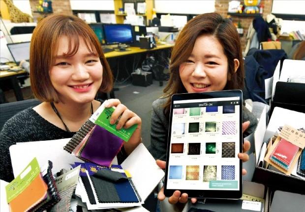 패브릭타임의 정연미(왼쪽)·오민지 공동대표가 16일 서울 역삼동 사무실에서 원단 샘플을 들어보이고 있다. 이 회사는 동대문 도매상가의 원단을 해외 디자이너에게 온라인으로 판매한다.  /신경훈 기자 khshin@hankyung.com