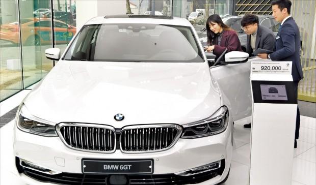 지난 16일 서울 성동구의 BMW 전시장에서 고객이 가격이 1억원에 육박하는 BMW 6 시리즈 그란투리스모 차량에 대해 설명을 듣고 있다.  /허문찬 기자 sweat@hankyung.com