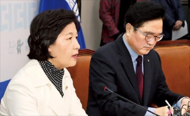 추미애 더불어민주당 대표(왼쪽)가 19일 국회에서 열린 최고위원회의에서 발언하고 있다. 오른쪽은 우원식 원내대표. 연합뉴스