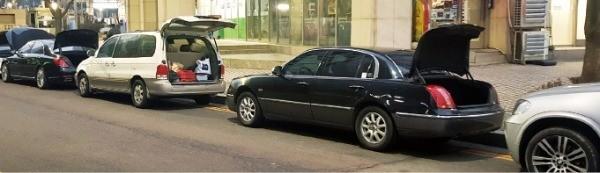 인천공항 인근 길가에 불법 주차된 차량들이 트렁크가 열린 채 방치돼 있다. 장현주 기자