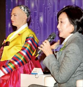 박영선 더불어민주당 의원(오른쪽)이 인공지능(AI) 로봇 '소피아'와 대화하고 있다.  /허문찬 기자 sweat@hankyung.com