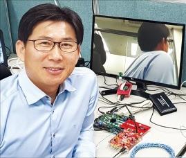 강수원 VSI 대표가 자율주행차 센서 네트워크에 적용하는 '썬더버스' 기술을 설명하고 있다. VSI 제공